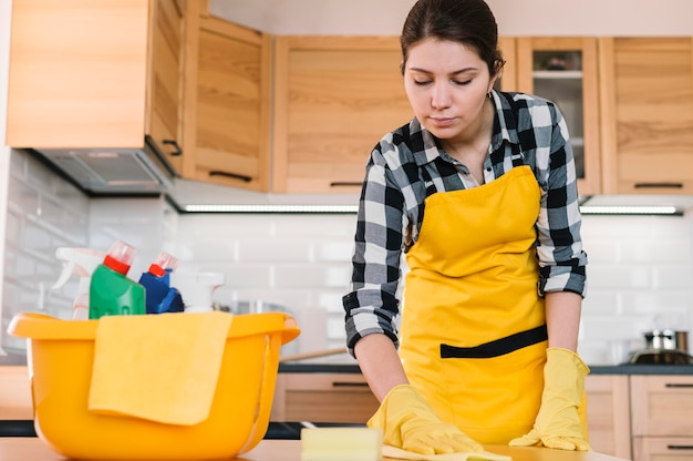 Mesa de cozinha de limpeza de mulher