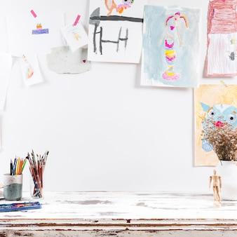 Mesa de desenho com pinturas de crianças
