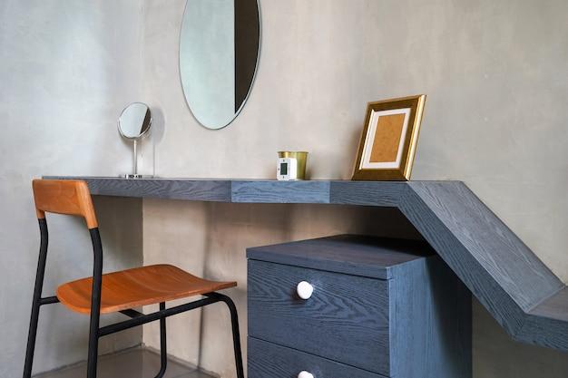 Mesa de design de interiores e mesa na sala de estar da casa