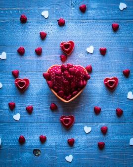 Mesa de dia dos namorados, com corações e vários elementos românticos