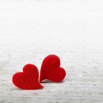 Mesa de dia dos namorados com dois corações na mesa de madeira