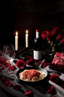 Mesa de dia dos namorados posta com macarrão e vinho