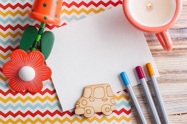 Mesa de divisa colorida com conjunto de lápis