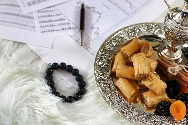 Mesa de doces orientais em bandeja de prata baklava e lanche de tamarindo no local de trabalho