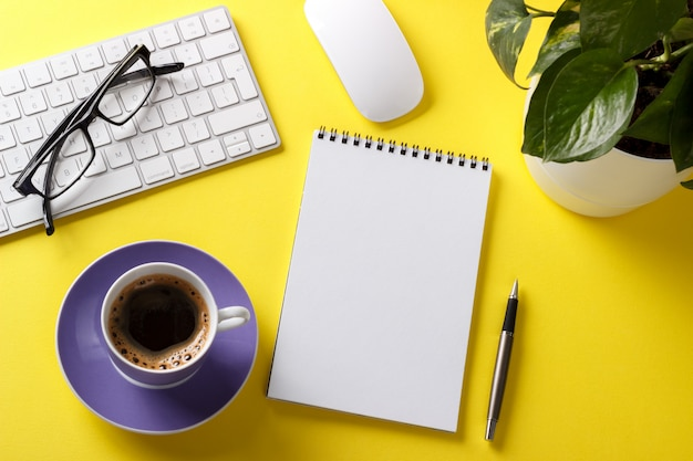 Mesa de escritório amarela moderna