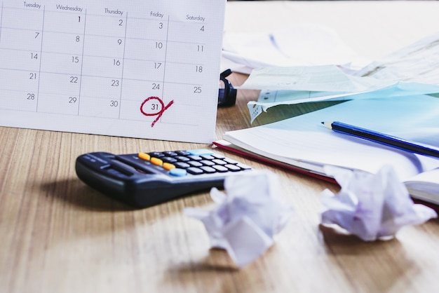 Mesa de escritório bagunçada durante a temporada de impostos