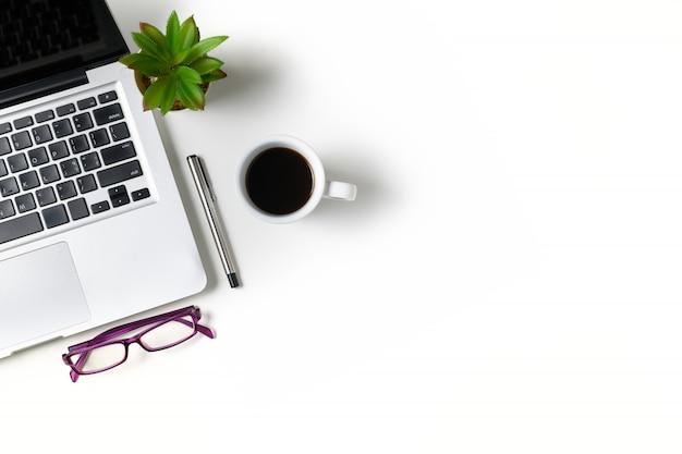 Mesa de escritório branco com computador portátil