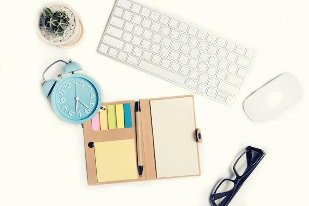 Mesa de escritório branco com muitas coisas