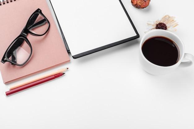 Mesa de escritório branco, negócios e educação