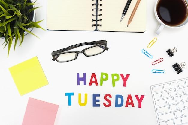 Mesa de escritório com a palavra terça-feira feliz