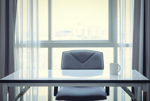 Mesa de escritório com café