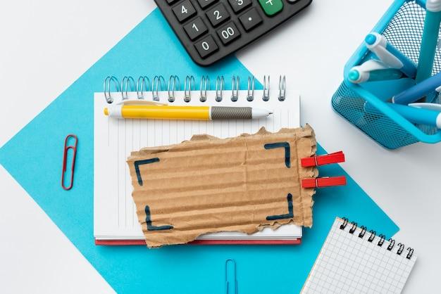 Mesa de escritório com carteira de couro para smartphone e bloco de notas para óculos. telefone celular tecnológico moderno