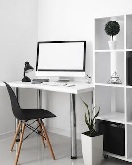 Mesa de escritório com computador e cadeira