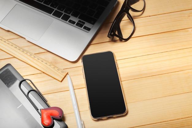 Mesa de escritório com computador, suprimentos