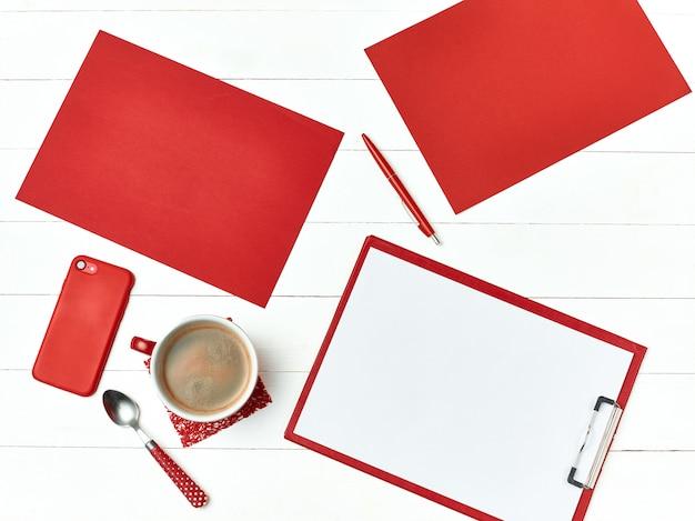 Mesa de escritório com conjunto de suprimentos