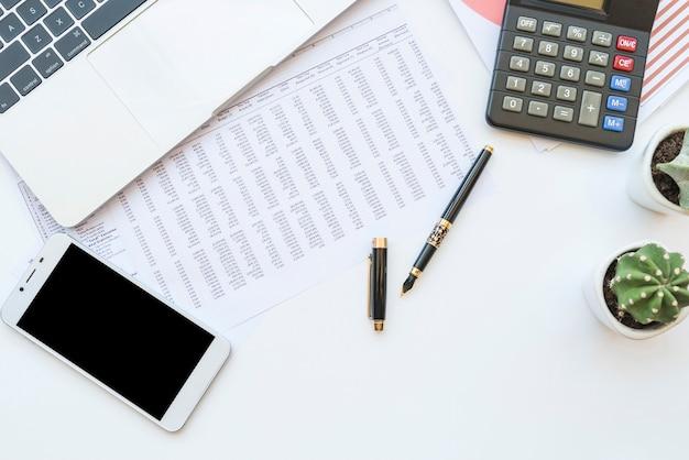 Mesa de escritório com documentos e ferramentas de trabalho