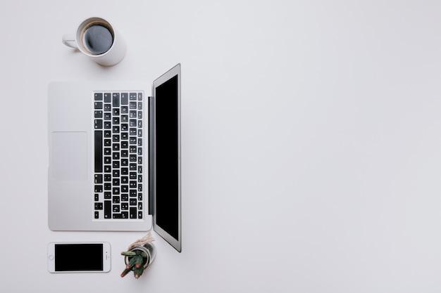 Mesa de escritório com laptop à esquerda