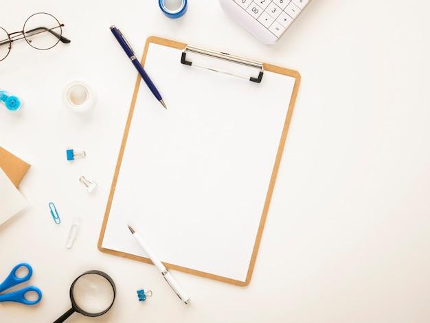 Mesa de escritório com lista de tarefas maquete e papelaria