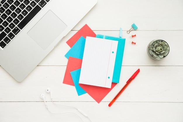 Mesa de escritório com maquete de caderno