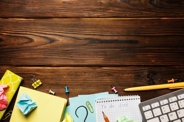 Mesa de escritório com o bloco de notas, suprimentos. vista de cima com espaço de cópia