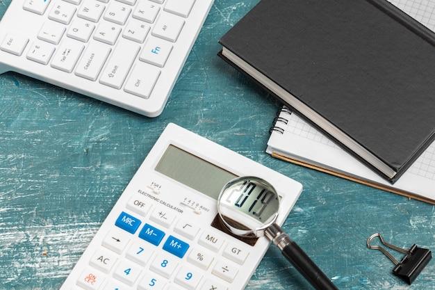Mesa de escritório com papel de nota, teclado de computador e suprimentos close-up