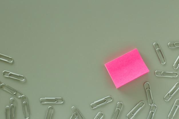 Mesa de escritório com papel rosa postá-lo nota