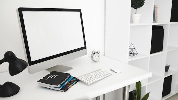 Mesa de escritório com tela de computador