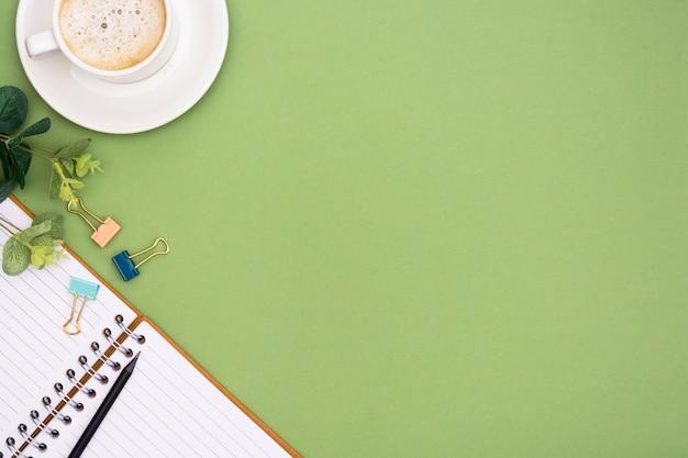 Mesa de escritório com xícara de café e notebook. tampo da mesa, espaço de trabalho com espaço de cópia. lay criativo apartamento.