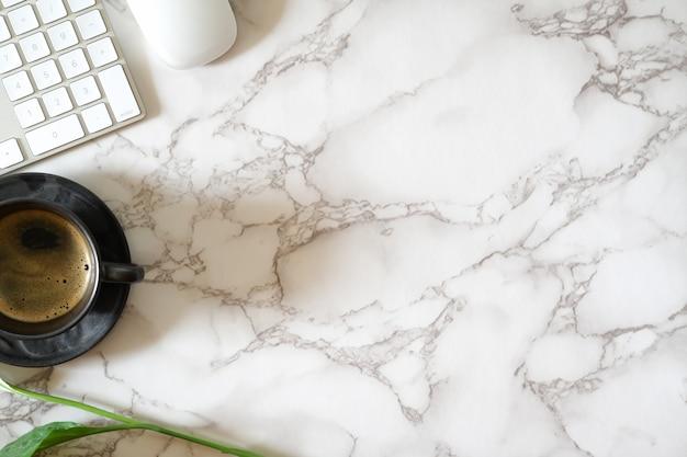 Mesa de escritório contemporânea em mármore e material de escritório