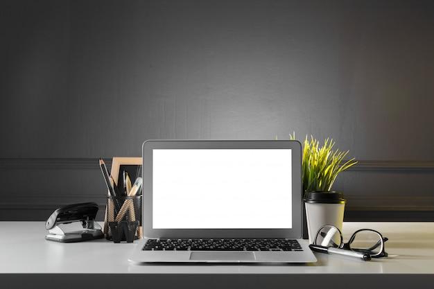 Mesa de escritório de couro com computador, suprimentos