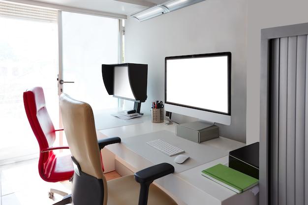 Mesa de escritório de design com telas de computador