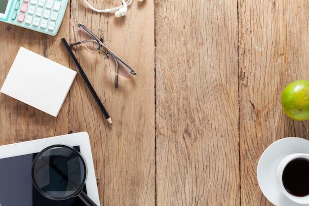 Mesa de escritório de madeira e elementos de escritório