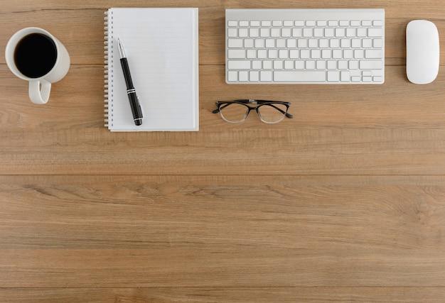 Mesa de escritório de madeira plana vista superior, vista superior