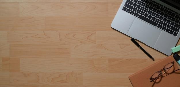 Mesa de escritório de madeira vista superior com suprimentos e espaço de cópia