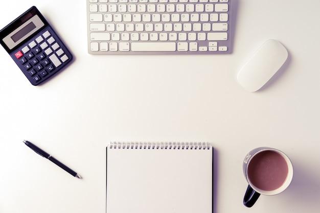 Mesa de escritório de vista superior com copyspace