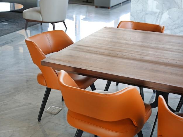 Mesa de escritório e cadeira