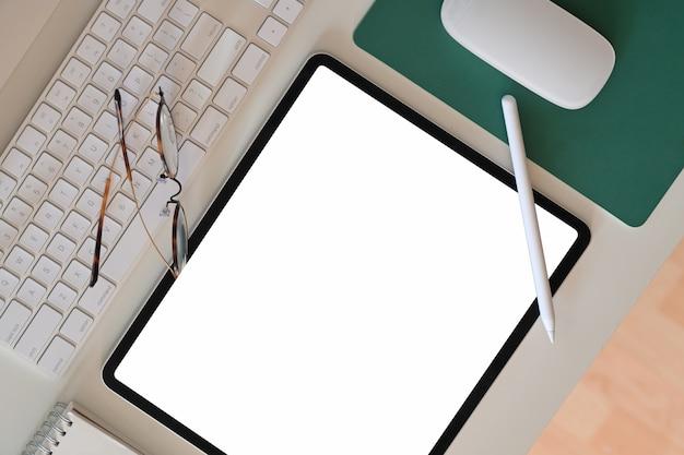 Mesa de escritório e tablet de tela em branco