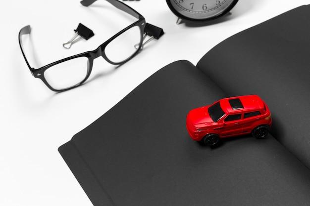 Mesa de escritório em branco com carro vermelho