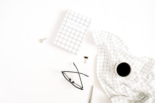 Mesa de escritório em casa mínima com agenda, copos e caneca de café