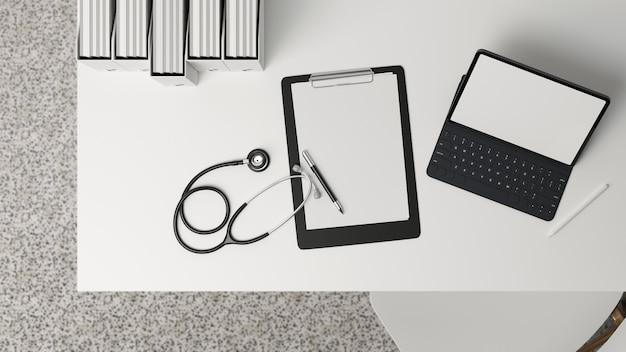 Mesa de escritório médico moderno com vista superior com estetoscópio de folha em branco para área de transferência de maquete de tablet