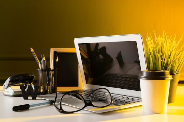 Mesa de escritório mesa de couro com computador, suprimentos