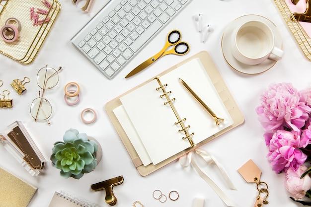 Mesa de escritório mínima com conjunto de artigos de papelaria