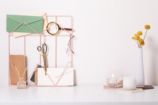 Mesa de escritório moderna com acessórios coloridos. espaço vazio, simulado. estilo mínimo.