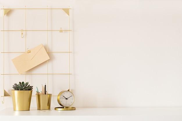 Mesa de escritório moderna com acessórios de ouro. espaço vazio, simulado. estilo mínimo.