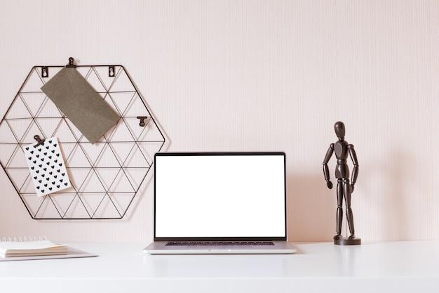 Mesa de escritório moderna com acessórios monocromáticos pretos. espaço vazio, simulado. estilo mínimo.