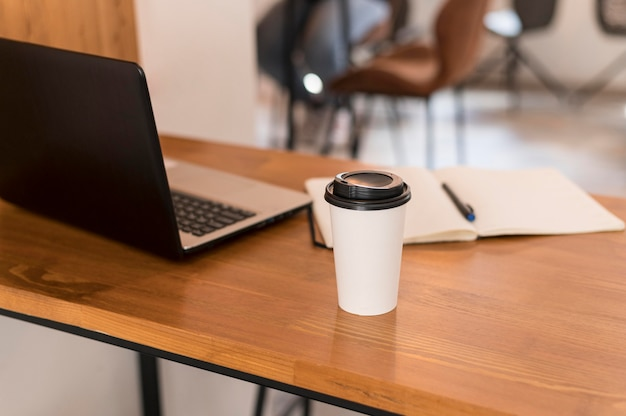 Mesa de escritório moderna com café