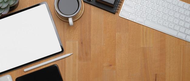 Mesa de escritório moderna com tablet mock-up, xícara de café, dispositivos digitais e espaço de cópia
