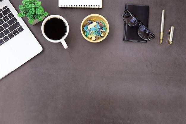 Mesa de escritório moderna local de trabalho com computador portátil.