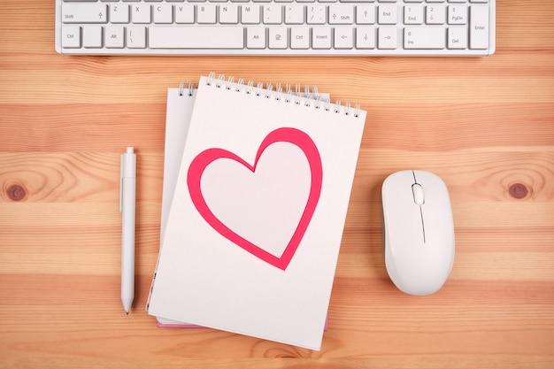 Mesa de escritório, parabéns romântica com