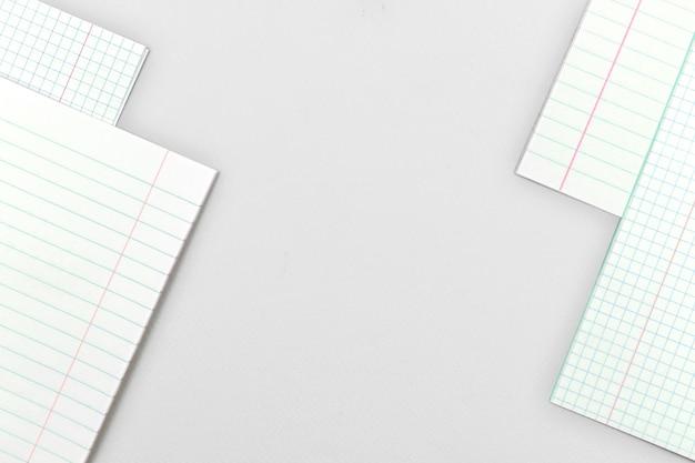 Mesa de escritório prateada com páginas em branco do diário escolar ou caderno, copie a foto do fundo do espaço